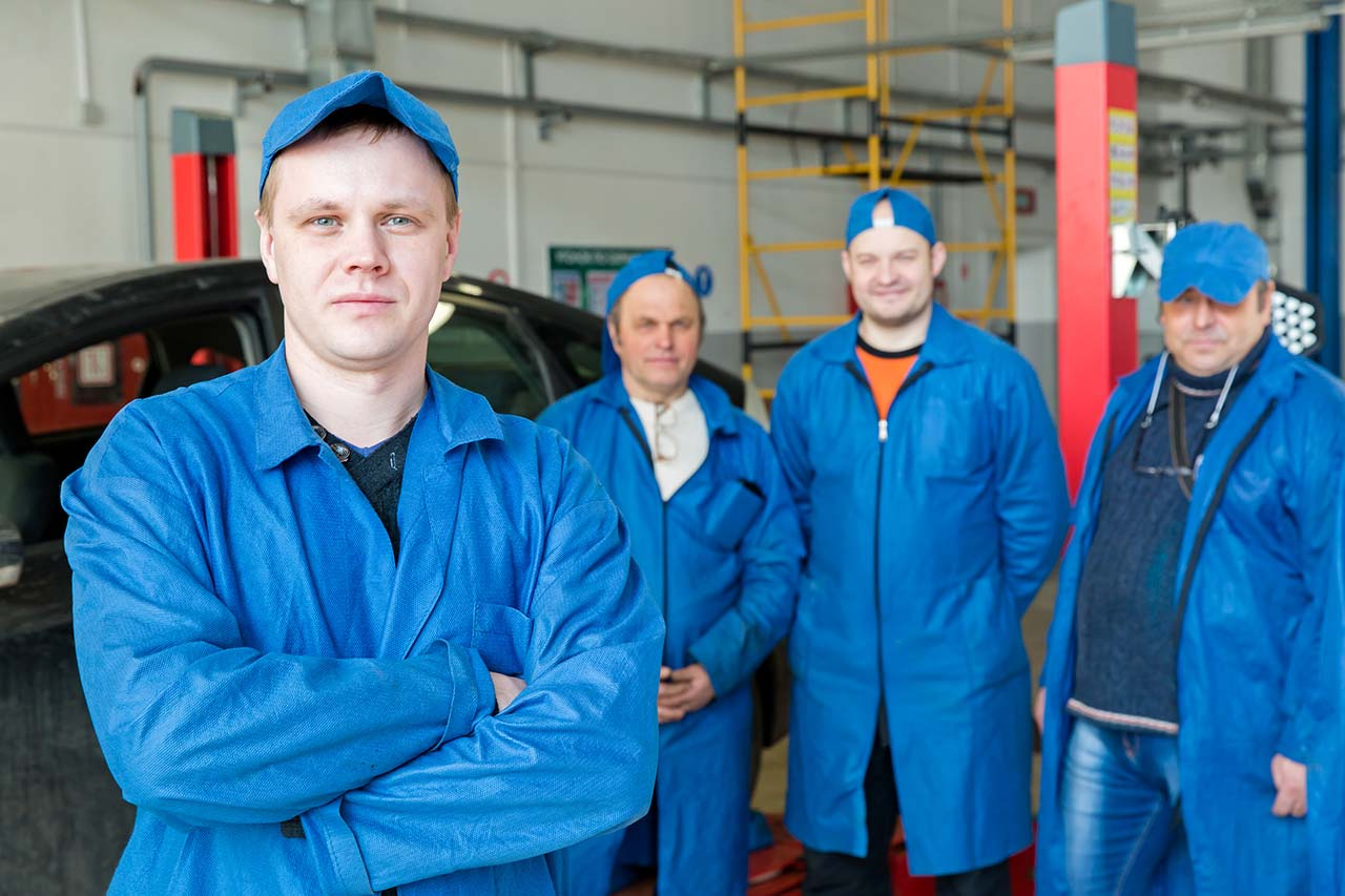 4 Mitarbeiter einer Autowerkstatt